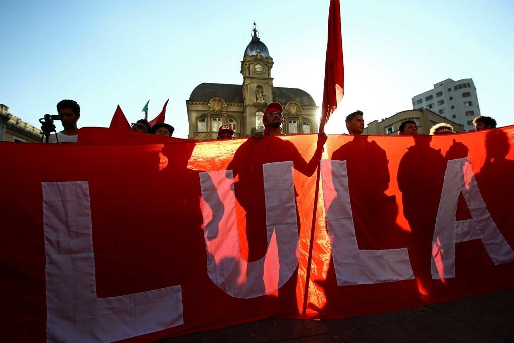 Partidarios de Lula sostienen una pancarta gigante con su nombre en una manifestación en la plaza Generoso Marqués de Curitiba, Brasil, el 13 de septiembre de 2017
