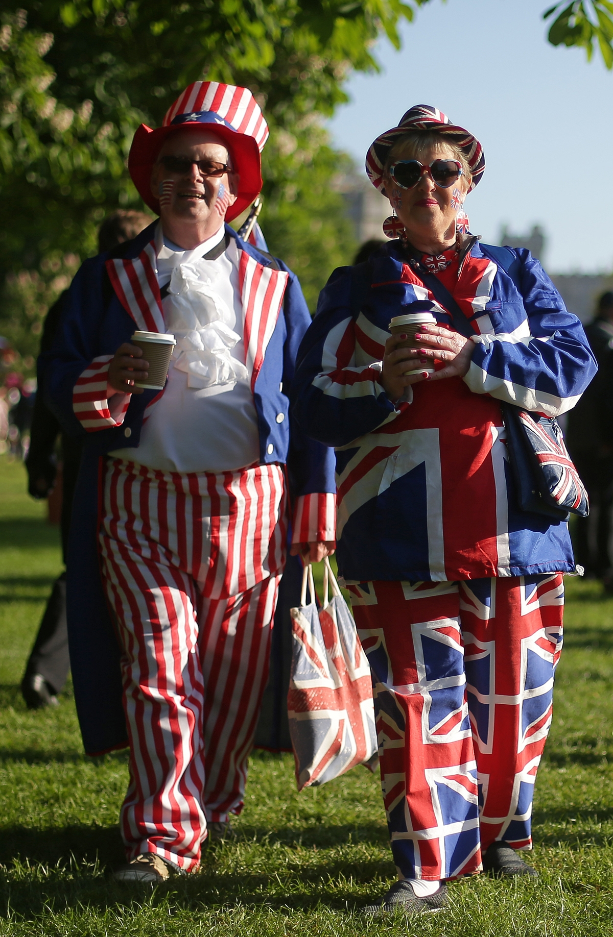 Well-wishers arrive on the Long Walk leading to Windsor Castle ahead of the wedding and carriage procession of Britain's Prince Harry and Meghan Markle in Windsor, on May 19, 2018. / AFP PHOTO / Daniel LEAL-OLIVAS