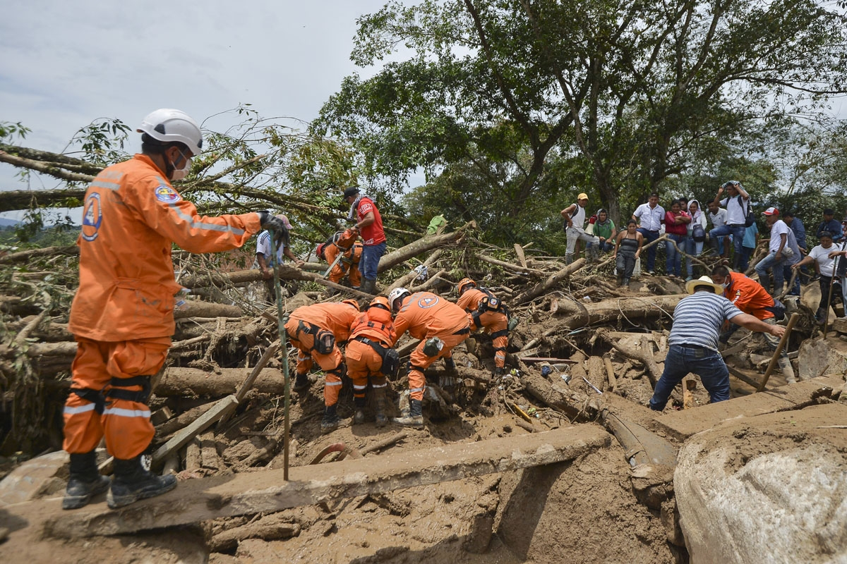 Rescuers search for victims following mudslides caused by heavy rains in Mocoa, Putumayo department, southern Colombia on April 2, 2017.