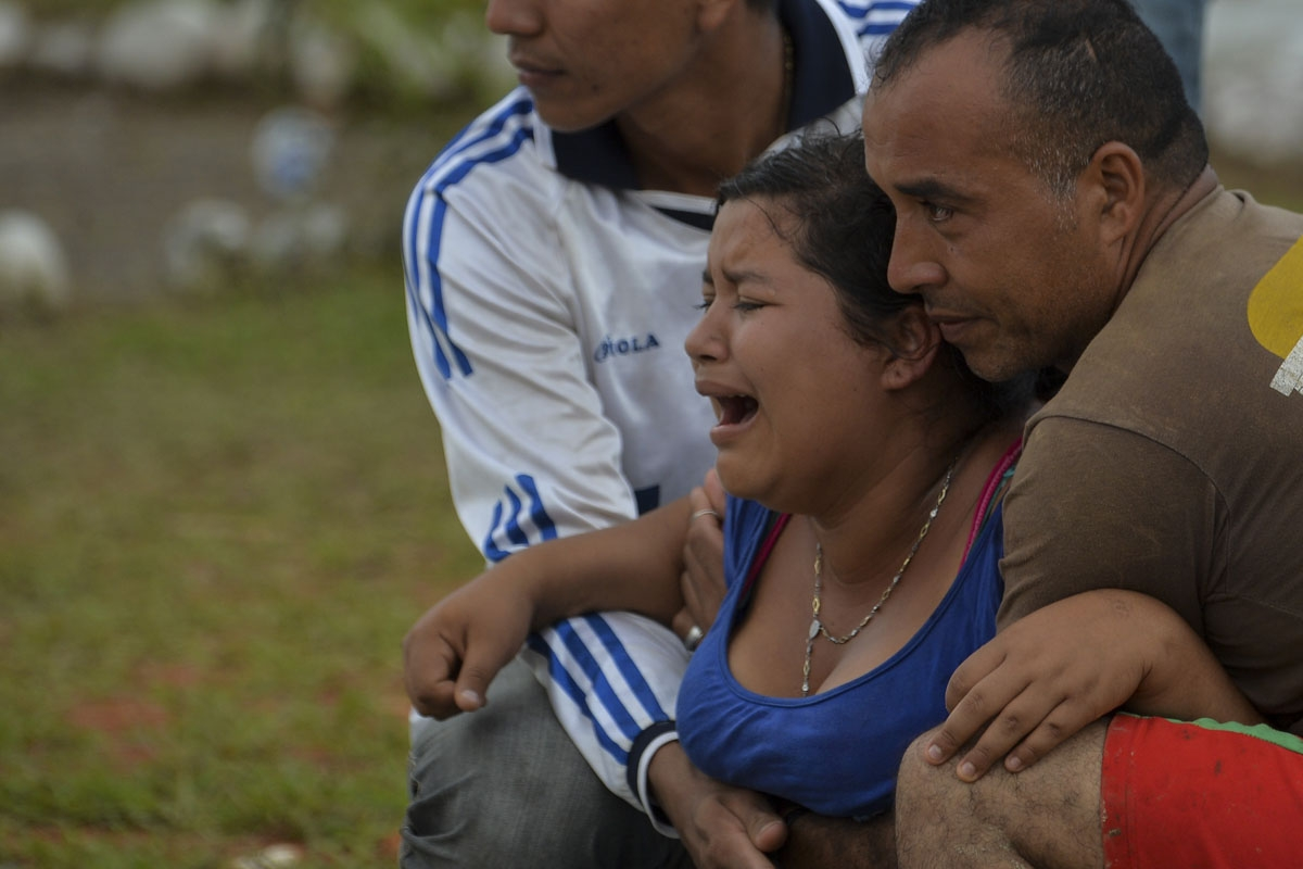 A woman weeps during the funeral of her relative, a victim of a mudslides caused by heavy rains, at the cemetery in Mocoa, Putumayo department, Colombia on April 3, 2017.