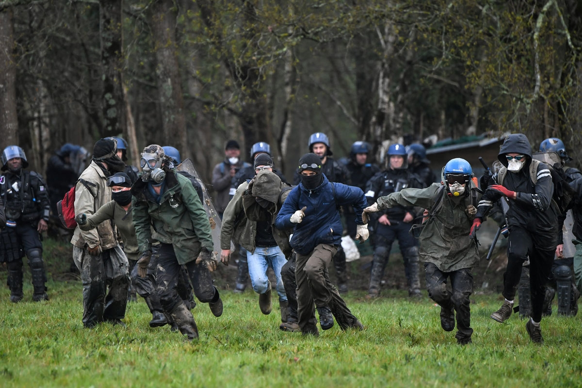 Protester clash with French anti-riot gendarmes during an operation to clear an area known as ZAD (Zone a Defendre - Zone to defend) of environmental protesters occupying the site of what had been a proposed new airport in Notre dame des Landes on April 1