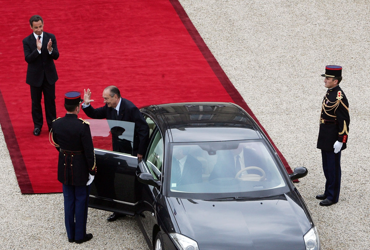 French president Jacques Chirac (R) waves as his successor Nicolas Sarkozy (L) applauds, as he leaves the Elysee Palace after the formal handover of power ceremony, 16 May 2007 in Paris