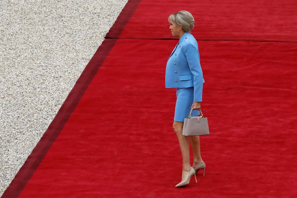 Emmanuel Macron's wife Brigitte Trogneux arrives at the Elysee presidential Palace to attend Emmanuel Macron's formal inauguration ceremony as French President on May 14, 2017 in Paris. / AFP PHOTO / POOL / Patrick KOVARIK