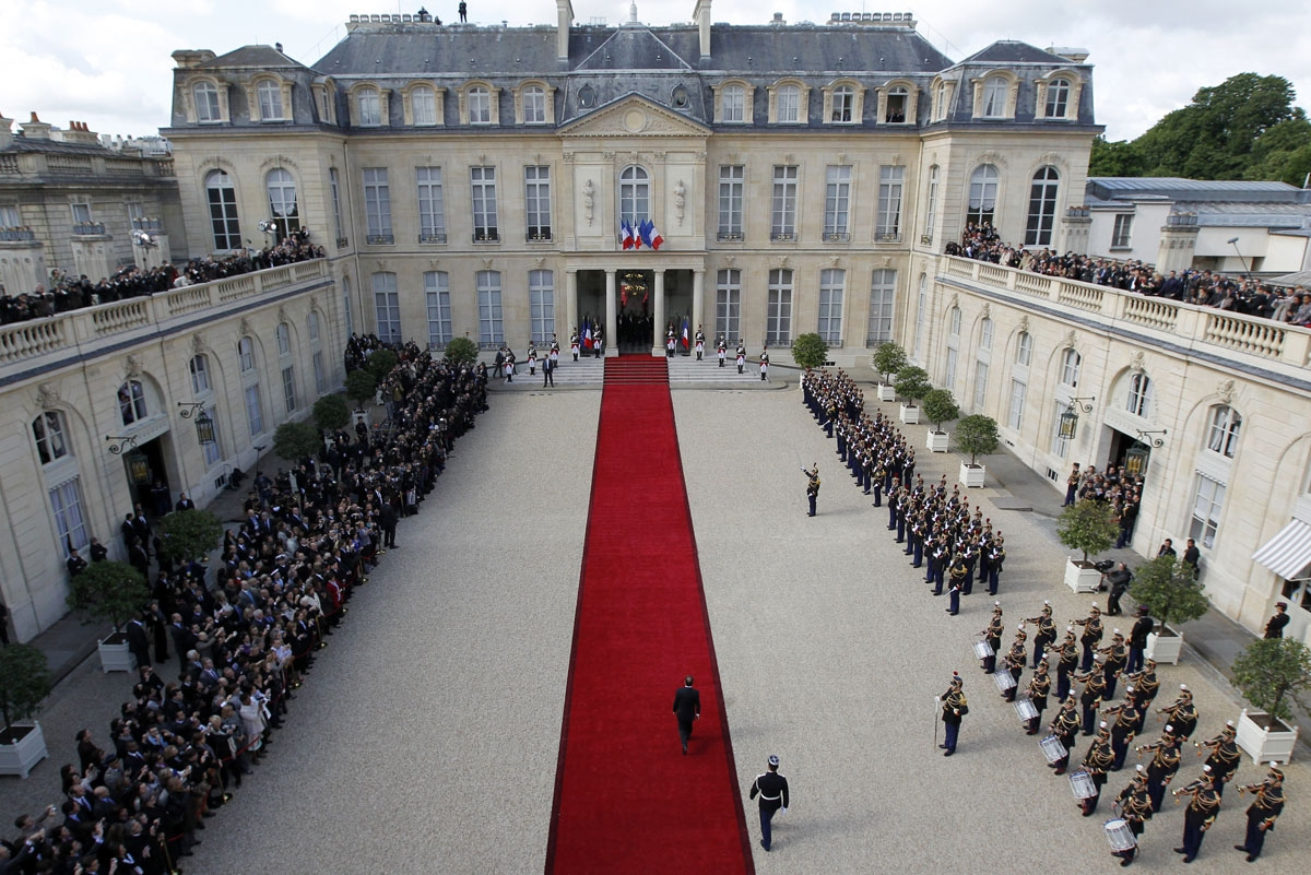 General view taken on May 15, 2012 shows the National guard and jounalists covering the investiture ceremony between France's President Francois Hollande and his predecessor Nicolas