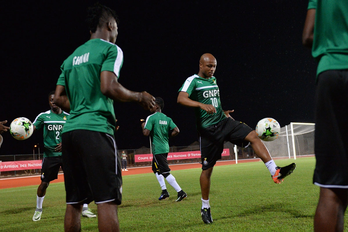 Ghana's forward Andre Ayew (R) takes part in a training session in Port-Gentil on January 15, 2017, during the 2017 Africa Cup of Nations football tournament in Gabon.
