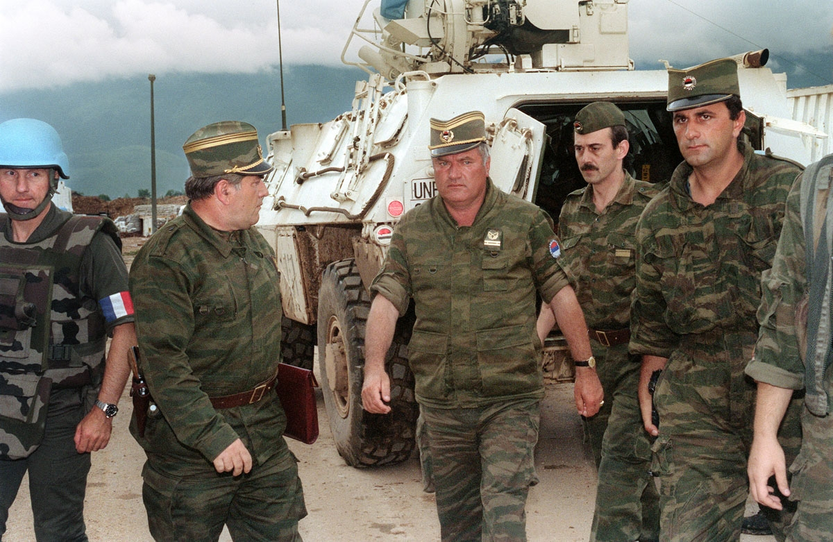 Commander of Serbian forces in Bosnia General Ratko Mladic (C) arrives at the airport of Sarajevo on August 10, 1993 in order to negociate the withdrawal of his troops from Mount Igman. The Bosnian-Hercegovina peace talks session in Geneva were cancelled