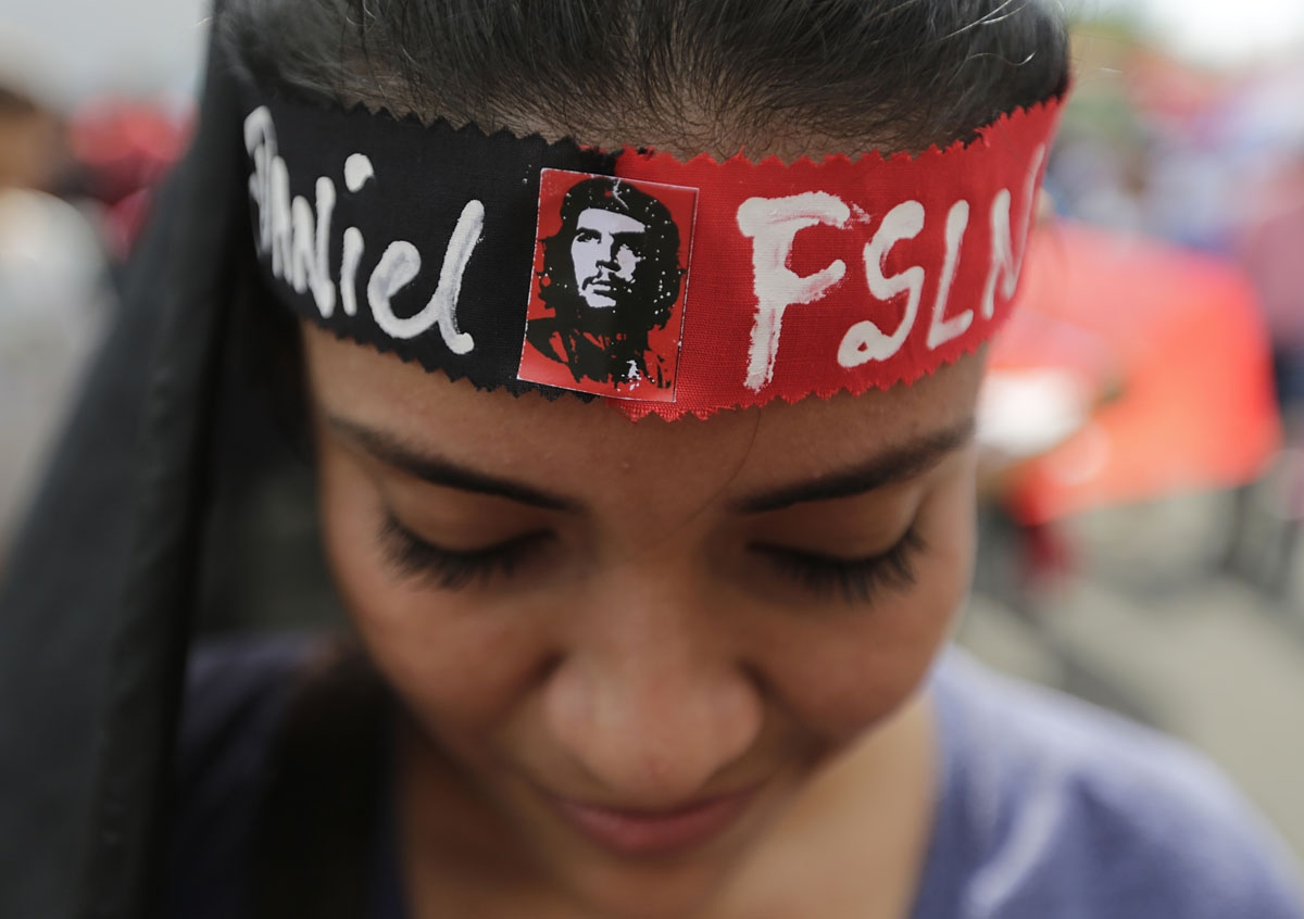 A supporter of Nicaraguan President Daniel Ortega takes part in a pro-FSLN government rally on Nicaragua's National Mothers Day at the Rotonda Hugo Chavez in Managua on May 30, 2018. /