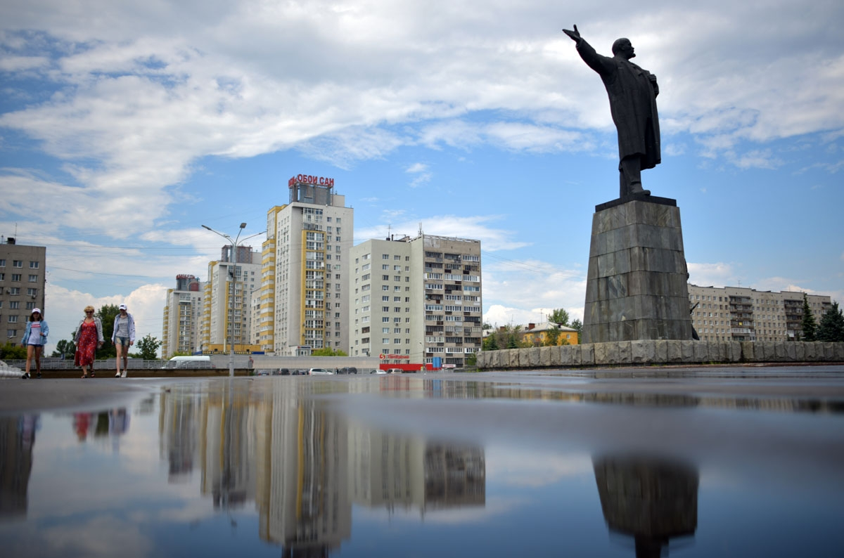 A picture taken on June 19, 2018 shows a Lenin statue reflected in a puddle in the city of Nizhny Novgorod, during of the Russia 2018 World Cup football tournament. / AFP PHOTO / Johannes EISELE