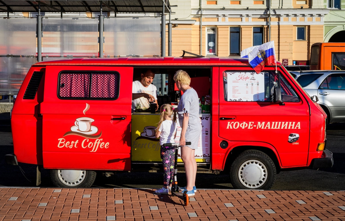 A street vendor sells espresso machine made coffee on a street in the center of Nizhny Novgorod on July 4, 2018. Nizhny Novgorod will host the quarter-final football match of the FIFA World Cup 2018 between Uruguay and France on July 6. / A