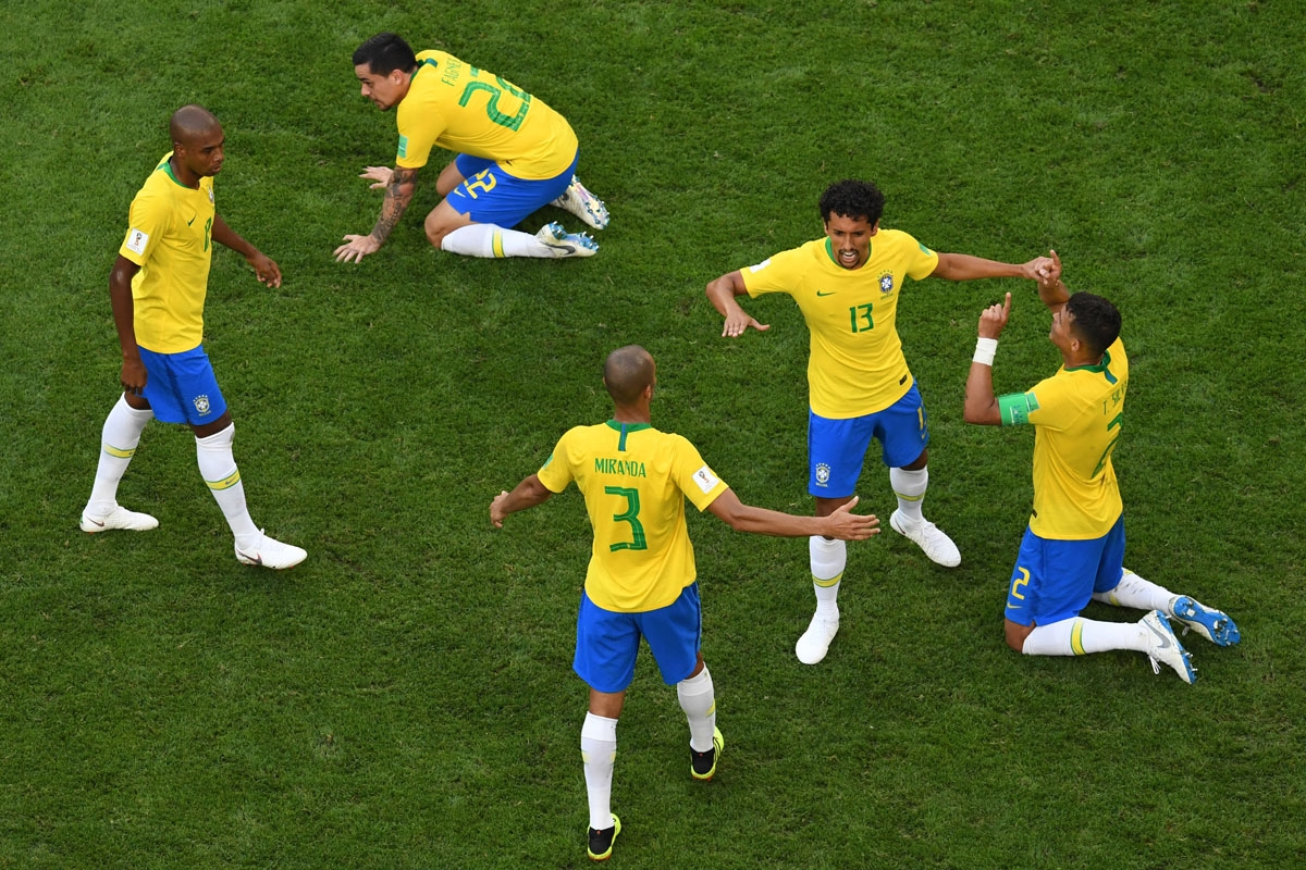 Brazil's players celebrate at the end of the Russia 2018 World Cup round of 16 football match between Brazil and Mexico at the Samara Arena in Samara on July 2, 2018. / AFP PHOTO / Kirill KUDRYAVTSEV / RESTRICTED TO EDITORIAL USE - NO MOBILE PUSH ALERTS/D
