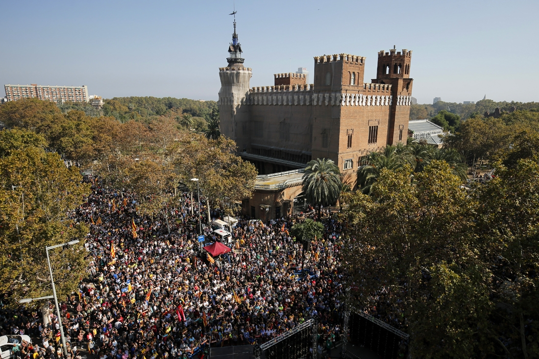 People gather outside the Catalan parliament in Barcelona on October 27, 2017, during a plenary session to debate a motion on declaring independence from Spain.