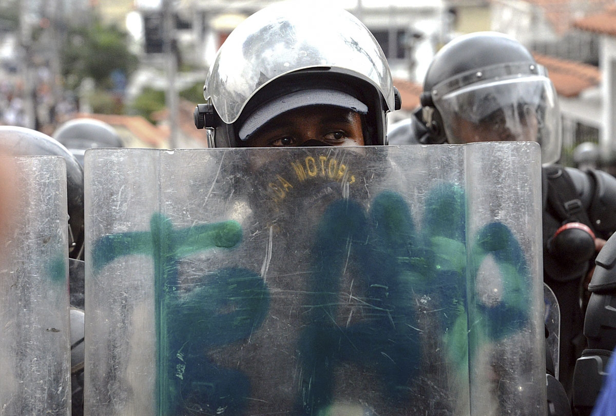 Members of the National Guard crack down on opposition demonstrators during a march against President Nicolas Maduro, in San Cristobal on April 26, 2017.