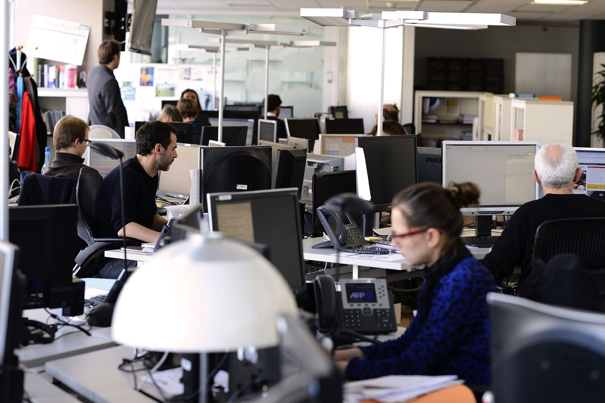Journalists of AFP political departement work on February 5, 2014 at the headquarters of the global news agency Agence France-Presse (AFP) in Paris.