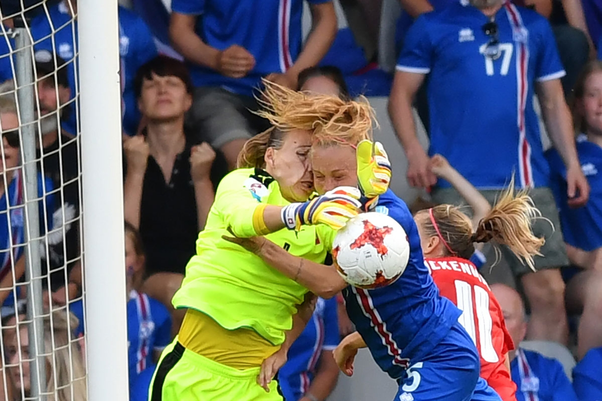 Iceland's midfielder Gunnhildur Jonsdottir (R) vies with Switzerland's goalkeeper Gaelle Thalmann (L) during the UEFA Women's Euro 2017 football tournament match between Iceland and Switzerland at Stadion De Vijverberg in Doetinchem city on July 22, 20