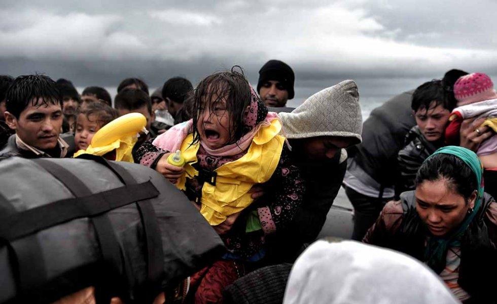 Une fillette pleure avec son biberon à la main en arrivant à Lesbos, fin octobre.