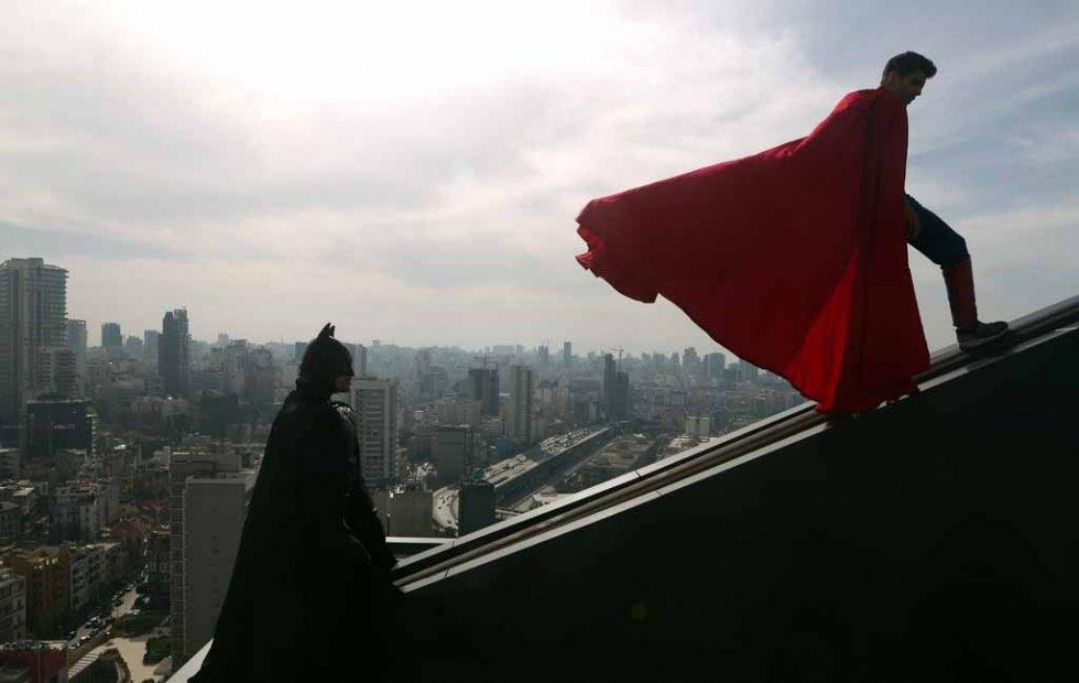 Batman et Superman jouent sur un toit d'immeuble à Beyrouth, le 23 mars 2016 (AFP / Patrick Baz)