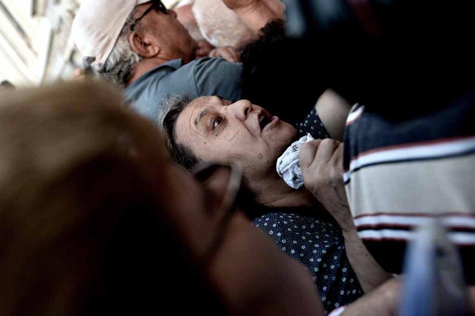 Des retraités font la queue devant la Banque nationale de Grèce à Athènes pour retirer du liquide, le 1er juillet 2015 (AFP / Aris Messinis)