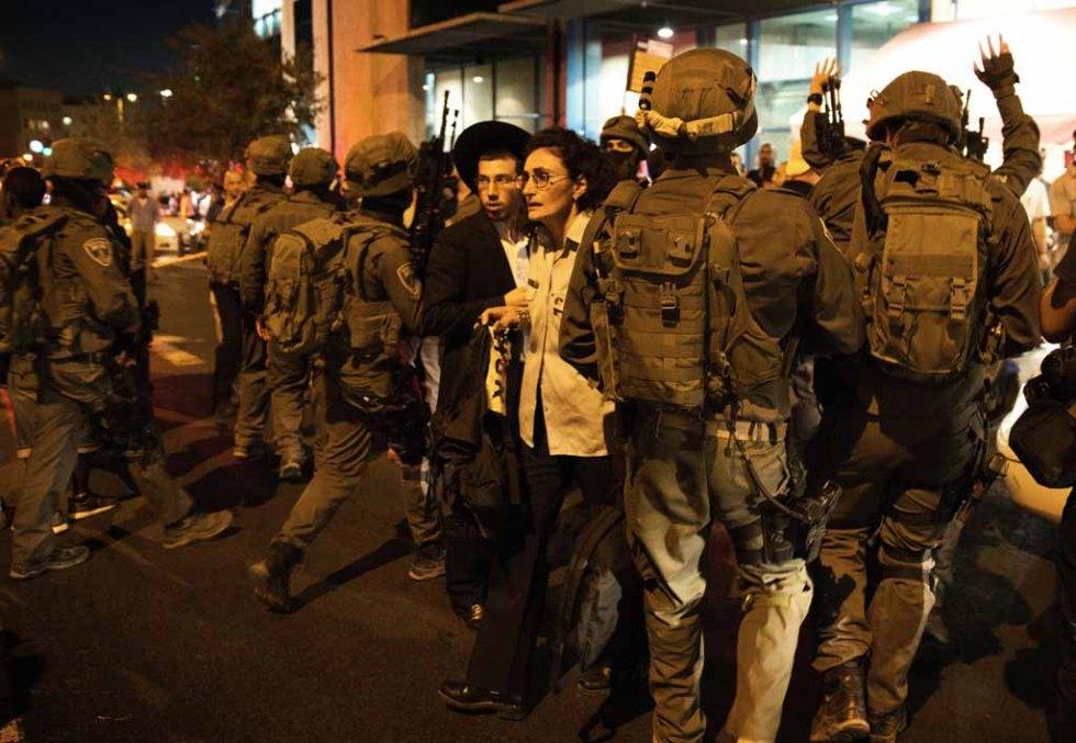 Devant la gare routière de Jérusalem, où un homme a été abattu après avoir légèrement blessé une Israélienne au couteau le 14 octobre 2015 (AFP / Menahem Kahana)