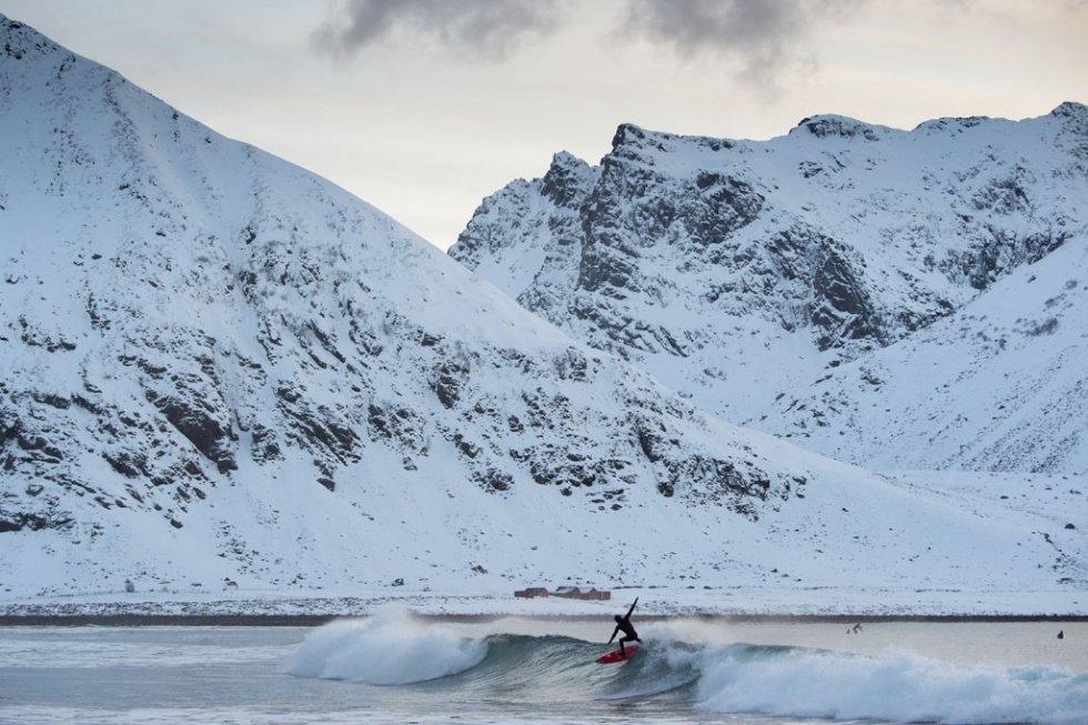 Un surfeur sur la plage d'Unstad, aux îles Lofoten, le 9 mars 2016 (AFP / Olivier Morin)