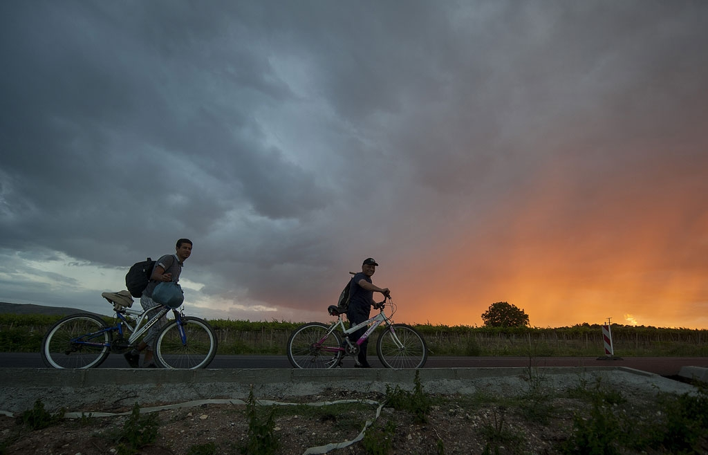 Des migrants en provenance de Grèce et en route vers la Serbie et les pays du nord de l'Union européenne passent sur une route près de Veles, en Macédoine, le 9 juin 2015