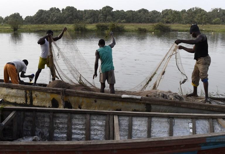 Image result for pirogue de peche Nigeria