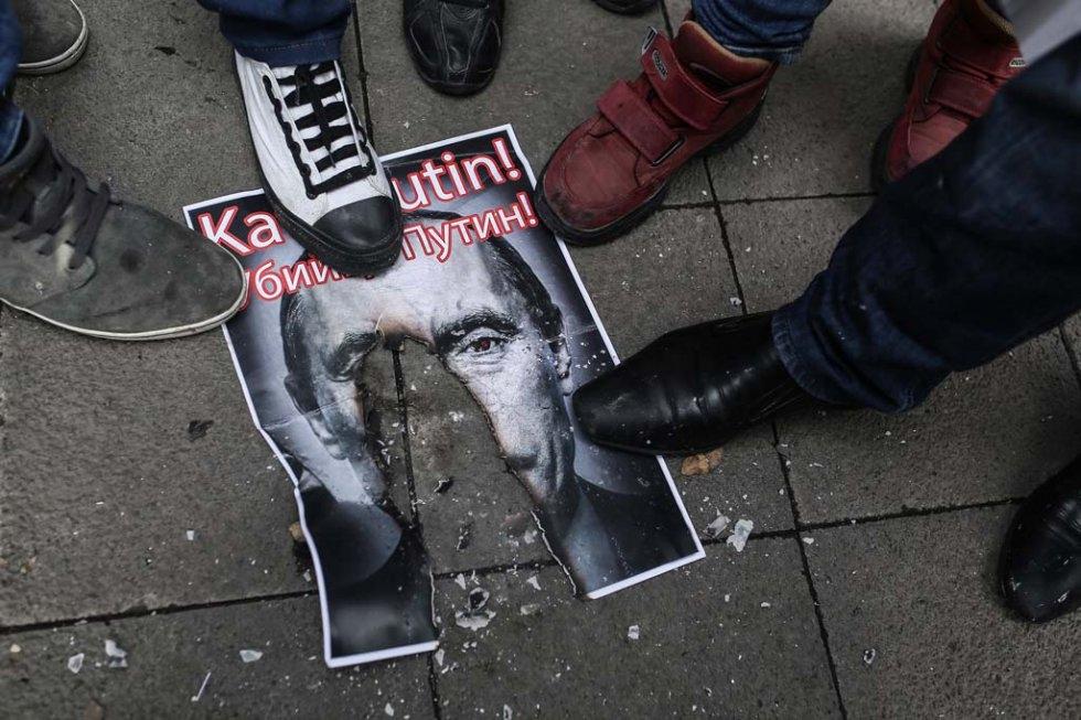 Des manifestants turcs piétinent un portrait du président russe Vladimir Poutine, qualifié 'd'assassin', le 27 novembre 2015 à Istanbuk (AFP / Cagdas Erdogan)