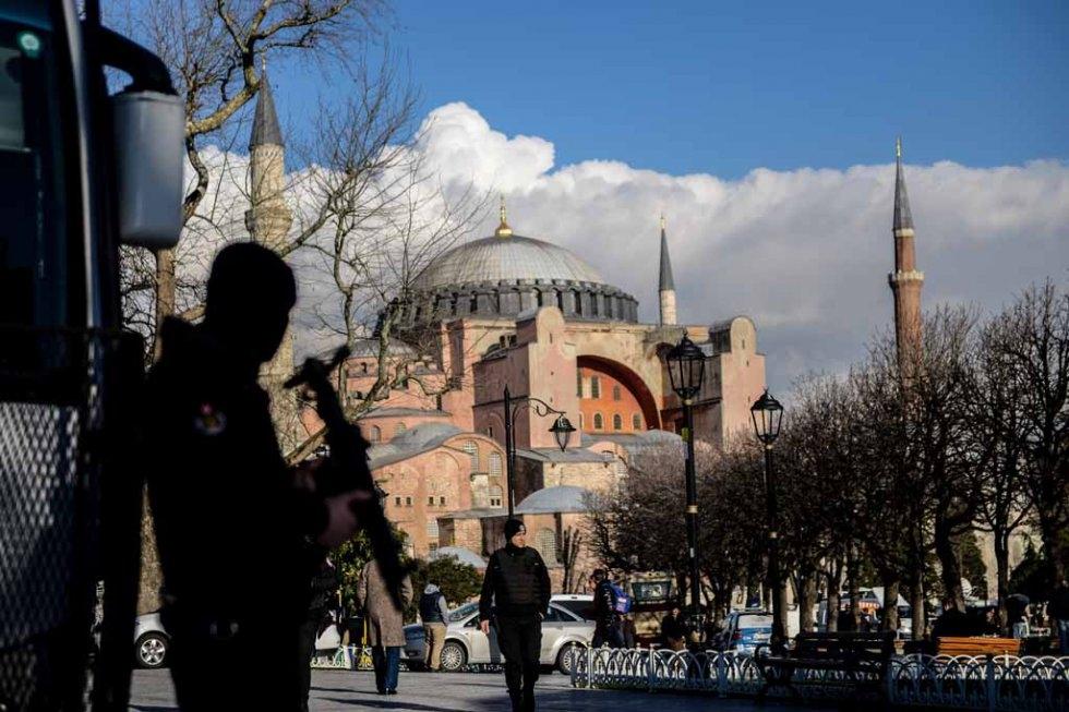 Un policier monte la garde dans le quartier de Sultanahmet à Istanbul le 14 janvier 2016, deux jours après l'attentat-suicide qui a coûté la vie à dix touristes allemands (AFP / Ozan Köse)