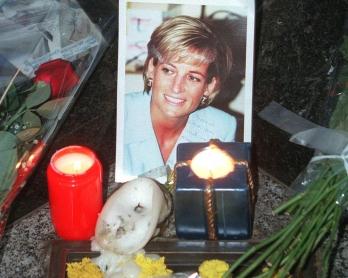 ne photo de la princesse Diana est entourée de bougies alors que des personnes sont venues lui rendre hommage, le 29 août au pont de l'Alma à Paris, à l'occasion du premier anniversaire de sa mort. A Paris comme à Londres, le premier anniversaire de
