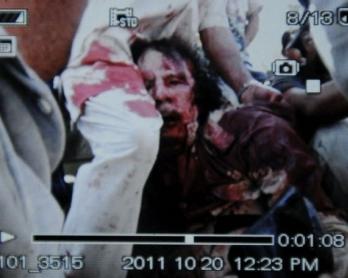 La première image de Kadhafi, blessé, capturé par les rebelles (photo: AFP / Reproduction Philippe Desmazes)