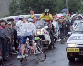 Laurent Fignon abandonne dans la 5e étape du Tour de France 1990 (photo: AFP)