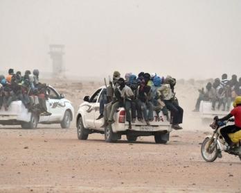 Des 4x4 transportant des migrants quittent Agadez pour la Libye, le 1er juin 2015 (AFP / Issouf Sanogo)