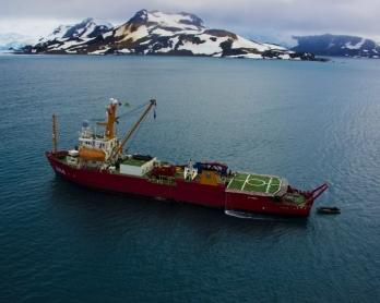 Le navire de la marine brésilienne Ary Rongel, au mouillage près de l'île du Roi George