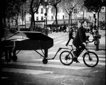 Le pianiste allemand Davide Martello se dirige vers le Bataclan, le 14 novembre 2015 (AFP / Valéry Hache)