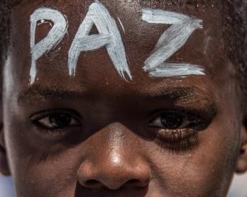 """Un jeune participant à une """"marche pour la paix"""" organisée le 4 avril 2015 à Rio de Janeiro après la mort d'un enfant de 10 ans, tué d'une balle tirée par la police lors d'une fusillade avec des narcotrafiquants dans la favela Complexo do Alemão qu"""