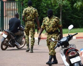 Des soldats du Régiment de sécurité présidentielle (RSP), auteurs du coup d'Etat au Burkina Faso, s'apprêtent à disperser un rassemblement du mouvement pro-démocratique Le Balai citoyen devant l'hôtel Liaco d'Ouagadougou, le 20 septembre 2015 (AFP