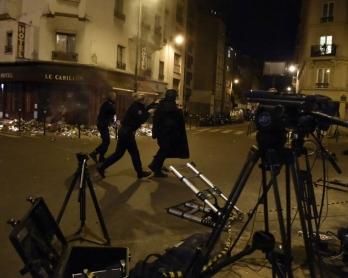 La police prend position aux abords d'un des restaurants parisiens attaqués le 13 novembre après un mouvement de foule déclenché par de fausses rumeurs, deux jours après les attentats