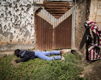 Des civils se mettent à l'abri pendant l'attaque d'un bureau de vote dans le quartier PK5 de Bangui pendant le référendum constitutionnel, le 13 décembre 2015 (AFP / Marco Longari)
