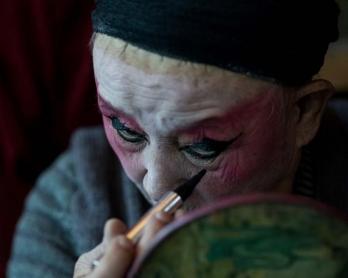 He Zhenghai, metteur en scène de la compagnie d'opéra La Lanterne de fleurs, se maquille avant le spectacle quotidien à Kunming, dans la province chinoise du Yunnan, le 7 janvier 2016