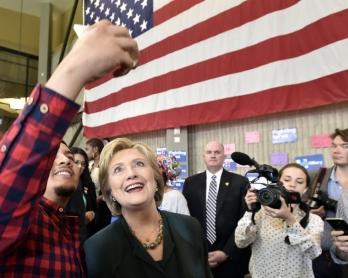 Hillary Clinton pose pour un selfie avec un de ses partisans pendant sa campagne pour les primaires démocrates à Las Vegas, le 19 février 2016