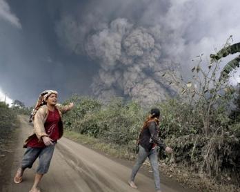 Des villageois fuient l'éruption du volcan Sinabung, dans l'île de Sumatra, le 1er février 2014