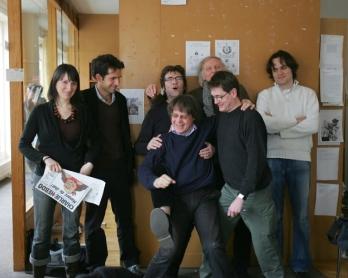 Des membres de l'équipe de Charlie Hebdo dans les bureaux de l'hebdomadaire en mars 2006. Au premier plan: Cabu