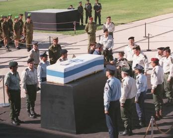 Le cercueil du Premier ministre israélien Yitzhak Rabin est exposé devant la Knesset le 6 novembre 1995