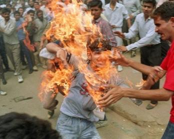 Le jeune Rajeev Goswami s'immole par le feu au cours d'une manifestation d'étudiants dans la banlieue de New Delhi, en 1990