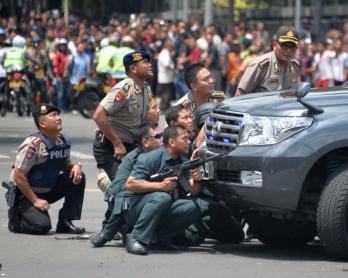 Affrontements entre policiers et suspects pendant une vague d'attaques terroristes à Jakarta, le 14 janvier 2016 (AFP / Bay Ismoyo)