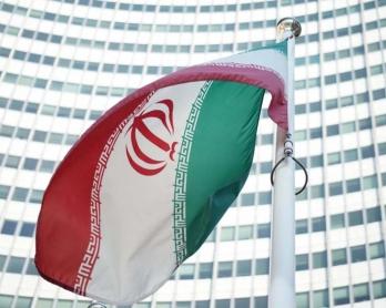 Le drapeau iranien flotte devant le siège de l'AIEA à Vienne, le 3 juillet 2014