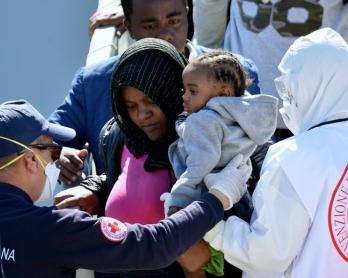 Des migrants secourus en mer débarquent du vaisseau italien Bettica à Augusta, en Sicile, le 22 avril 2015