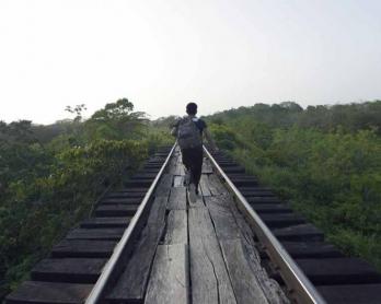 Un jeune migrant court pour monter à bord d'un train dans la région de Chacamax, dans l'état du Chiapas, au Mexique le 21 juin, 2015