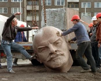 Démolition de la statue géante de Lénine sur Leninplatz à Berlin le 13 novembre 1991 (AFP / DPA / Bernd SETTNIK)