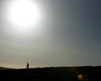 Un combattant du mouvement chiite libanais Hezbollah patrouille dans les collines du Qalamoun, près de la frontière syrienne, le 20 mai