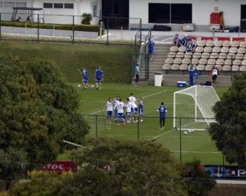 Un entraînement de l'équipe d'Argentine à Cidade do Galo, près de Belo Horizonte, vu depuis la butte où s'agglutinent photographes et reporters en manque d'informations